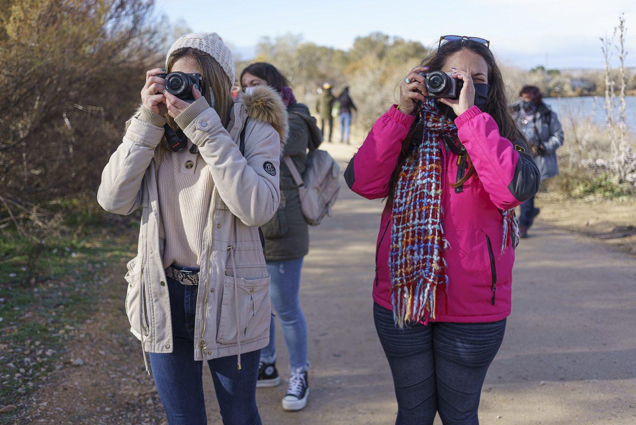 Alumnas del Curso de Iniciación a la Fotografía durante una clase práctica