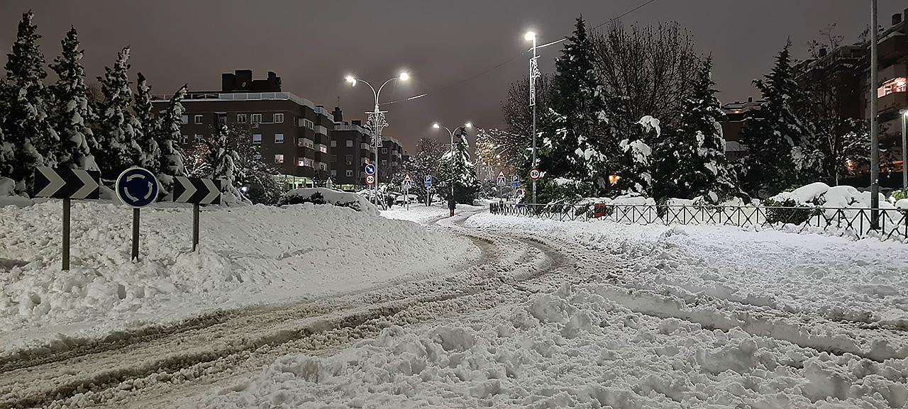 © Eva Alonso. Iniciación. Una persona camina entre la nieve hasta las dependencias de la policía local para devolver un teléfono encontrado.